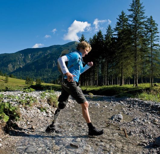 wandernde Frau mit Beinprothese