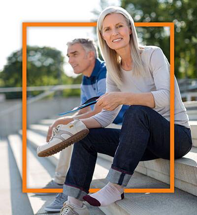 Mann mit Frau auf Treppe sitzend