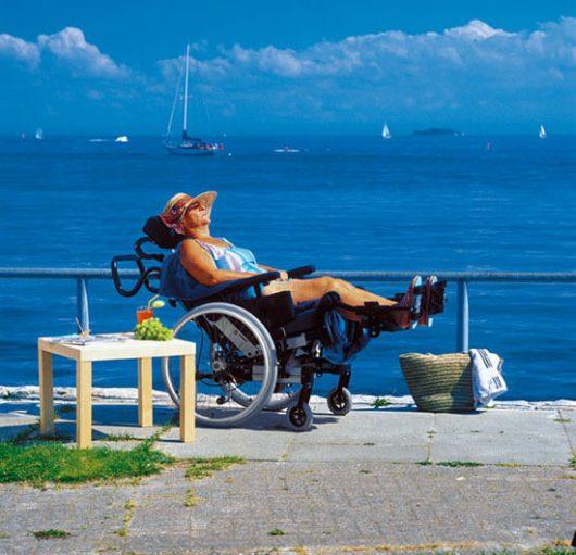 entspannte Dame im Rollstuhl