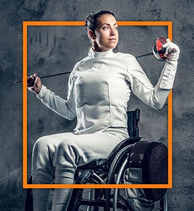 Rollstuhlfahrerin mit Degen