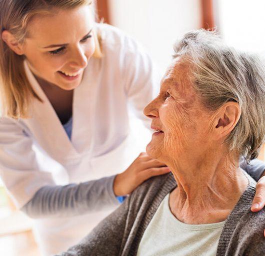 ältere Dame mit lächelnder Frau