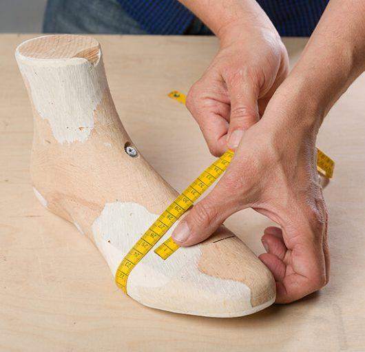 Fußvorlage mit Maßband gemessen