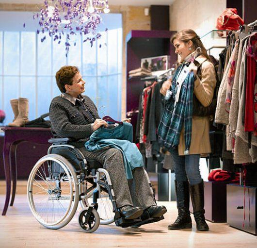 Frau im Rollstuhl beim shoppen