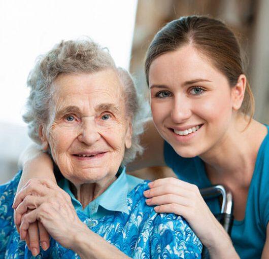 ältere Dame mit Hilfskraft